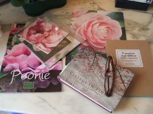 foto fiori libri  su tavolo lavoro